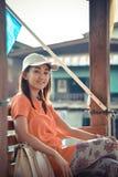Το χαριτωμένο ασιατικό ταϊλανδικό κορίτσι τον χαλαρώνει στο περίπτερο πλησίον riversi Στοκ εικόνες με δικαίωμα ελεύθερης χρήσης