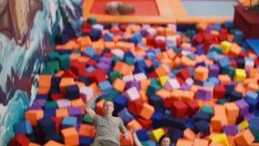 Το χαριτωμένο ζεύγος έχει το συμπαθητικό χρόνο σε μια παιδική χαρά απόθεμα βίντεο