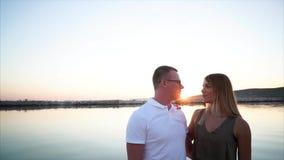 Το χαριτωμένο ζεύγος χαλαρώνει από την άλλη πλευρά του ποταμού στο καλοκαίρι απόθεμα βίντεο