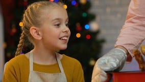 Το χαριτωμένο κορίτσι θέλει να δοκιμάσει το ψημένο κοτόπουλο, η μητέρα κτυπά ελαφρώς το βραχίονά της, χιούμορ απόθεμα βίντεο