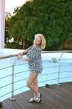 Το χαριτωμένο κορίτσι θέτει στη γέφυρα Στοκ Εικόνες