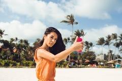 Το χαριτωμένο κορίτσι κάνει selfie στην τροπική παραλία Στοκ φωτογραφία με δικαίωμα ελεύθερης χρήσης
