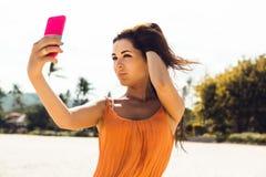 Το χαριτωμένο κορίτσι κάνει selfie στην τροπική παραλία Στοκ εικόνα με δικαίωμα ελεύθερης χρήσης