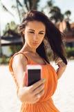 Το χαριτωμένο κορίτσι κάνει selfie στην τροπική παραλία Στοκ φωτογραφίες με δικαίωμα ελεύθερης χρήσης