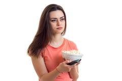 Το χαριτωμένο κορίτσι κρατά ένα πιάτο με pop-corn Στοκ Εικόνα