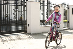 Το χαριτωμένο κορίτσι μαθαίνει να οδηγά ένα ποδήλατο Στοκ φωτογραφία με δικαίωμα ελεύθερης χρήσης