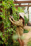 Το χαριτωμένο κορίτσι με μακρυμάλλη κάνει την κοπή με το μεγάλο ψαλίδι κήπων Στοκ φωτογραφία με δικαίωμα ελεύθερης χρήσης