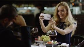 Το χαριτωμένο κορίτσι που παίρνει ένα selfie σε έναν πομπώδη καφέ και κάνει την αναμονή ατόμων της φιλμ μικρού μήκους