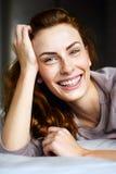 Το χαριτωμένο κορίτσι στην κρεβατοκάμαρα εξετάζει τη κάμερα Στοκ Εικόνες