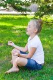 Το χαριτωμένο κορίτσι στο λωτό θέτει Στοκ φωτογραφία με δικαίωμα ελεύθερης χρήσης