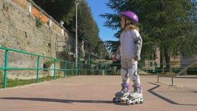 Το χαριτωμένο κορίτσι στο rollerblade φιλμ μικρού μήκους