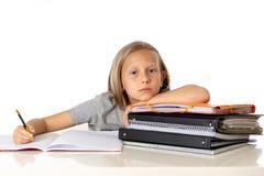 Το χαριτωμένο κορίτσι του Yong που κουράζεται και λυπημένο με μαθαίνει το πρόβλημα στην έννοια εκπαίδευσης Στοκ Εικόνα