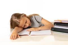 Το χαριτωμένο κορίτσι του Yong που κουράζεται και λυπημένο με μαθαίνει το πρόβλημα στην έννοια εκπαίδευσης Στοκ Φωτογραφία