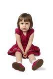 Το χαριτωμένο μικρό κορίτσι κάθεται στο πάτωμα Στοκ φωτογραφία με δικαίωμα ελεύθερης χρήσης