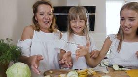 Το χαριτωμένο μικρό κορίτσι με το mom και την παλαιότερη αδελφή της που ντύνονται στα άσπρα ενδύματα που έχουν τη διασκέδαση κάνε απόθεμα βίντεο