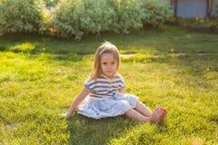 Το χαριτωμένο μικρό κορίτσι παίζει στο θερινό πάρκο στοκ εικόνα