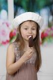Το χαριτωμένο μικρό κορίτσι τρώει το παγωτό στοκ εικόνες