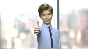 Το χαριτωμένο μικρό παιδί που παρουσιάζει αντίχειρα υπογράφει επάνω απόθεμα βίντεο