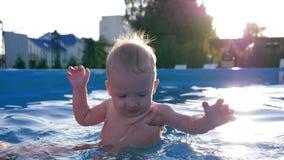 Το χαριτωμένο μικρό παιδί στην πισίνα, mom διδάσκει ένα παιδί για να κολυμπήσει στην κινηματογράφηση σε πρώτο πλάνο θερινού Σαββα απόθεμα βίντεο