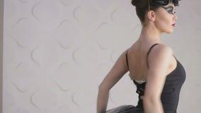 Το χαριτωμένο μπαλέτο άσκησης κοριτσιών στο στούντιο, σε αργή κίνηση, κάνει pirouettes απόθεμα βίντεο