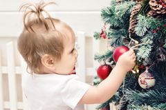 Το χαριτωμένο μωρό μικρών κοριτσιών χαίρεται τα νέα Χριστούγεννα Χριστουγέννων έτους διακοπών Στοκ Φωτογραφίες