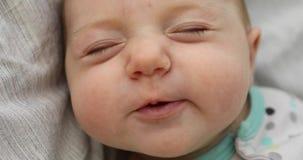 Το χαριτωμένο μωρό φτερνίζεται δυνατά απόθεμα βίντεο