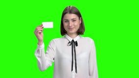 Το χαριτωμένο νέο κορίτσι παρουσιάζει κενή επαγγελματική κάρτα απόθεμα βίντεο