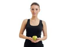 Το χαριτωμένο νέο κορίτσι στο μαύρο πουκάμισο φαίνεται ευθύ και εκμετάλλευση μια πράσινη κινηματογράφηση σε πρώτο πλάνο της Apple Στοκ Εικόνες