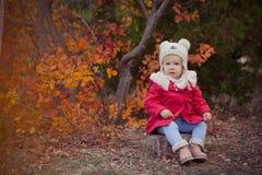 Το χαριτωμένο νέο ρωσικό κορίτσι μοντέρνο που ντύνει στις θερμές κόκκινες χειροποίητες μπότες τζιν παντελόνι σακακιών και το γαντ Στοκ Εικόνες