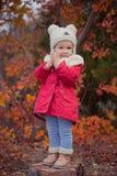 Το χαριτωμένο νέο ρωσικό κορίτσι μοντέρνο που ντύνει στις θερμές κόκκινες χειροποίητες μπότες τζιν παντελόνι σακακιών και το γαντ Στοκ Φωτογραφίες