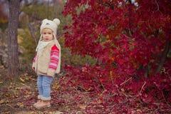 Το χαριτωμένο νέο ρωσικό κοριτσάκι μοντέρνο που ντύνει στις θερμές άσπρες μπότες τζιν παντελόνι σακακιών γουνών χειροποίητες και  Στοκ Εικόνες