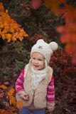 Το χαριτωμένο νέο ρωσικό κοριτσάκι μοντέρνο που ντύνει στις θερμές άσπρες μπότες τζιν παντελόνι σακακιών γουνών χειροποίητες και  Στοκ Εικόνα