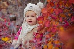 Το χαριτωμένο νέο ρωσικό κοριτσάκι μοντέρνο που ντύνει στις θερμές άσπρες μπότες τζιν παντελόνι σακακιών γουνών χειροποίητες και  Στοκ φωτογραφία με δικαίωμα ελεύθερης χρήσης