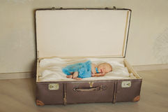 Το χαριτωμένο νεογέννητο μωρό κοιμάται σε μια βαλίτσα gorzontal Στοκ Φωτογραφία