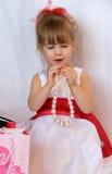 Το χαριτωμένο παιδί με ένα περιδέραιο μαργαριταριών Στοκ φωτογραφίες με δικαίωμα ελεύθερης χρήσης