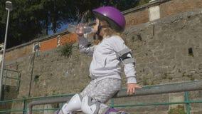 Το χαριτωμένο παιδί στο rollerblade απόθεμα βίντεο