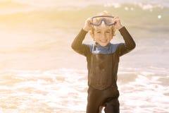 Το χαριτωμένο παιδάκι που χαμογελά με κολυμπά με αναπνευτήρα Στοκ Εικόνα