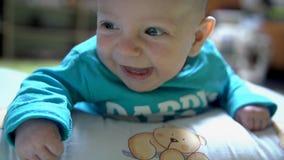 Το χαριτωμένο παιδί μικρών παιδιών χαμογελά φιλμ μικρού μήκους