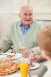 Το χαριτωμένο παλαιό παντρεμένο ζευγάρι έχει ένα μεσημεριανό γεύμα Στοκ Εικόνες