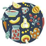 Το χαριτωμένο σύνολο κουζινών έκανε με τα πιάτα, λαχανικά, φρούτα, μούρο, πιάτο, σούπα, ντομάτες, τράπεζα, φύλλα, αχλάδι, καρότο, Στοκ Φωτογραφίες