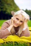Το χαριτωμένο φλερτ κοιτάζει στο πάρκο Στοκ φωτογραφία με δικαίωμα ελεύθερης χρήσης