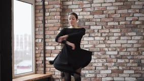 Το χαριτωμένο χορεύοντας κορίτσι εκτελεί τον όμορφο αριθμό χορού απόθεμα βίντεο