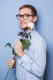 Το χαριτωμένο nerd με ένα λευκό αυξήθηκε Ημερομηνία, γενέθλια, βαλεντίνος Στοκ Εικόνες