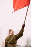 Το χαρούμενο επαν-Enactor γυναικών κοριτσιών νέο έντυσε ως ρωσικός σοβιετικός κόκκινος στρατιώτης στρατού του Δεύτερου Παγκόσμιου Στοκ Εικόνες