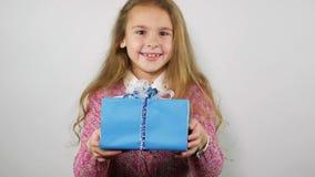 Το χαρούμενο κορίτσι εμφανίζεται και δίνει ένα δώρο στη κάμερα κίνηση αργή φιλμ μικρού μήκους