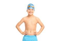 Το χαρούμενο παιδί με κολυμπά την ΚΑΠ και τα κολυμπώντας προστατευτικά δίοπτρα Στοκ Εικόνες