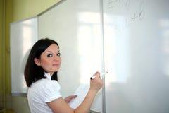 το χαρτόνι εξηγεί στον επόμενο δάσκαλο Στοκ φωτογραφία με δικαίωμα ελεύθερης χρήσης