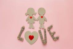 Το χαρτόνι σκιαγραφεί το κορίτσι και το αγόρι με τις καρδιές και την αγάπη λέξης Στοκ φωτογραφία με δικαίωμα ελεύθερης χρήσης