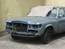 Το χαλασμένο αυτοκίνητο στέκεται στην οδό Στοκ Εικόνες