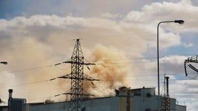Το χαλυβουργείο μολύνει το περιβάλλον με τα σύννεφα του κόκκινου καπνού απόθεμα βίντεο